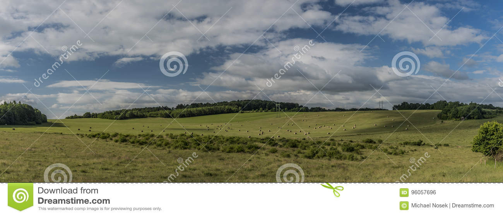 Champs avec le foin en montagnes de Ceske Stredohori