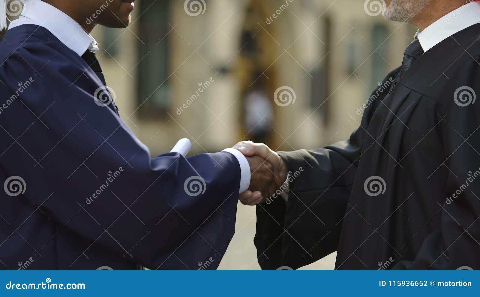 Chanceler da universidade que dá o diploma ao aluno diplomado que agita a mão, fim acima vídeos de arquivo