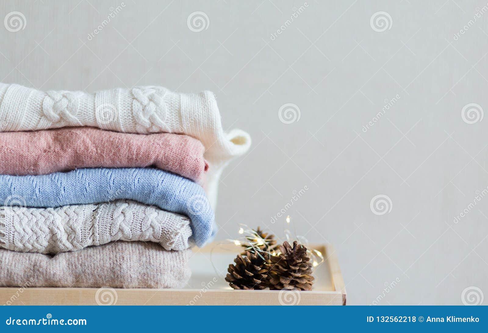 Chandails de tricots sur le fond blanc