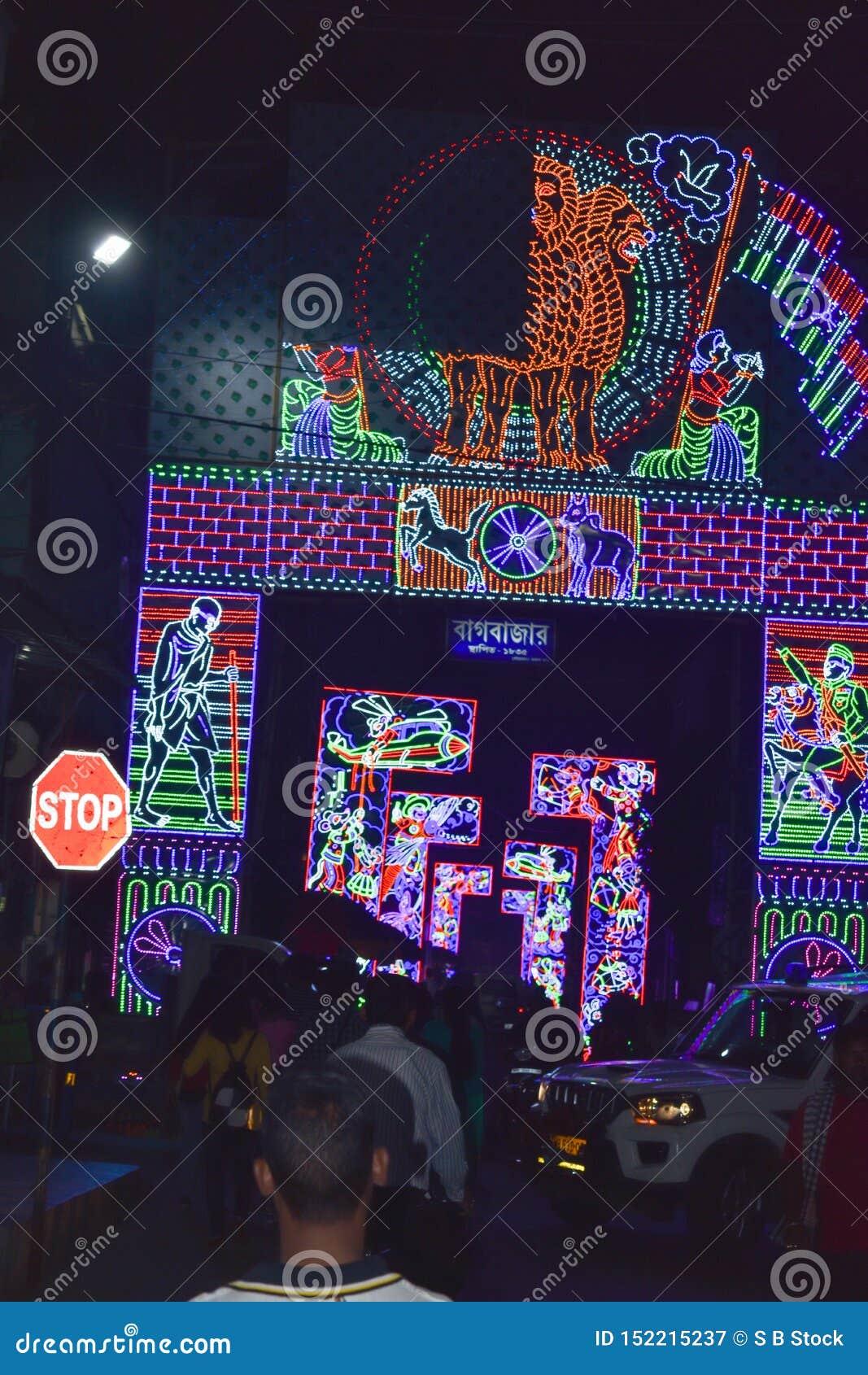 Chandannagar, το Νοέμβριο του 2018 της δυτικής Βεγγάλης, Ινδία - θεαματική ζωηρόχρωμη διακόσμηση φωτισμού με τους βολβούς των οδη