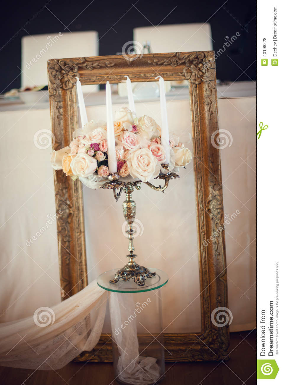 chandelier antique avec le bouquet de mariage fond de mariage photo stock image 40198228. Black Bedroom Furniture Sets. Home Design Ideas