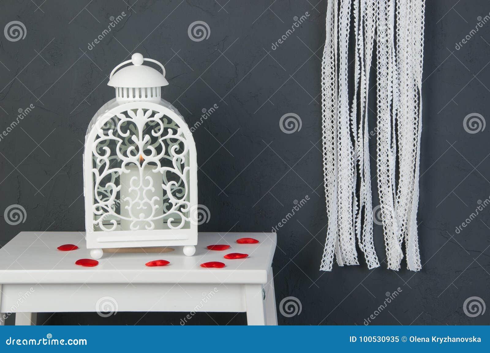 Chandelier blanc sur gris-foncé