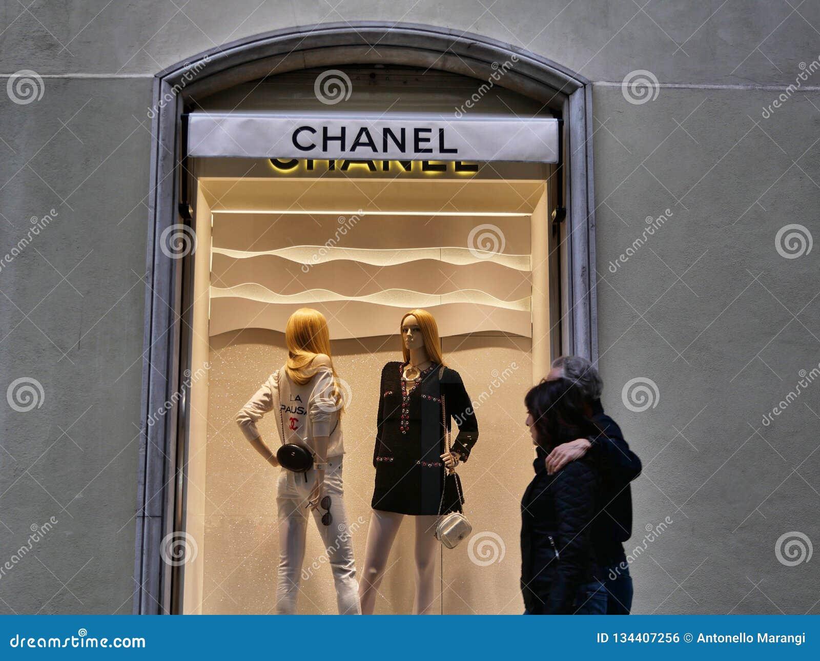 Chanel-het venster van de manierwinkel van buiten