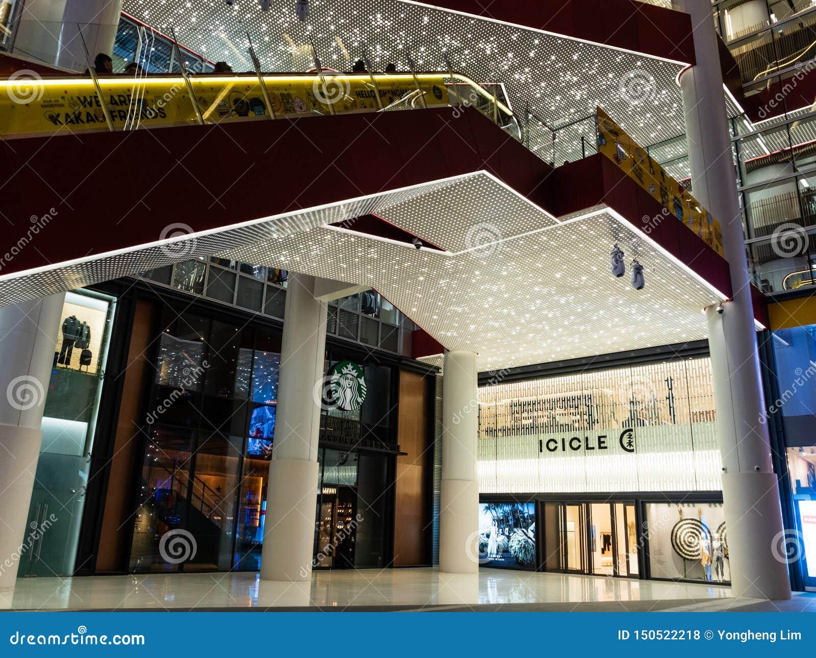 CHANGHAÏ, CHINE - 12 MARS 2019 - tir d angle faible de l extérieur de centre commercial de HKR Taikoo Hui à Nanjing Dong Lu, Chan