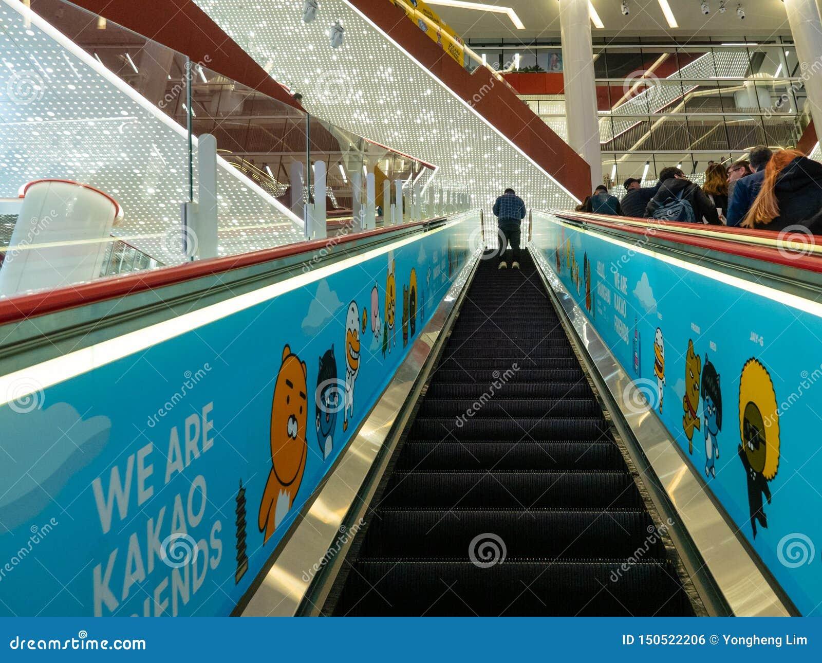 CHANGHAÏ, CHINE - 12 MARS 2019 - un homme sur un escalator à l intérieur de centre commercial de HKR Taikoo Hui à la route est Na