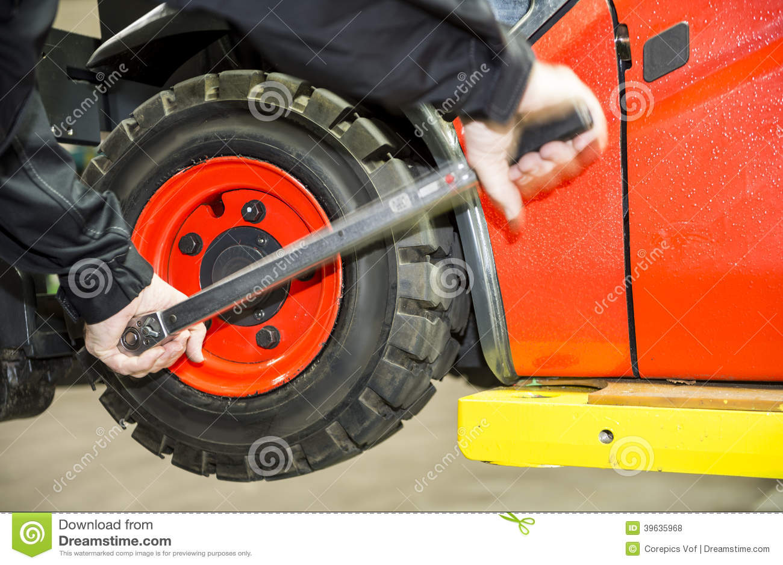 chaning un pneu de chariot l vateur photo stock image 39635968. Black Bedroom Furniture Sets. Home Design Ideas
