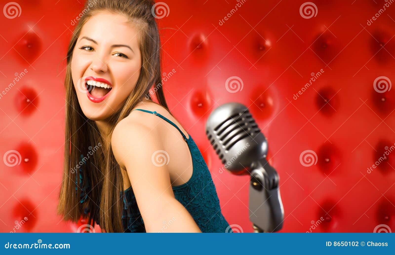 Chanteur de jeune femme