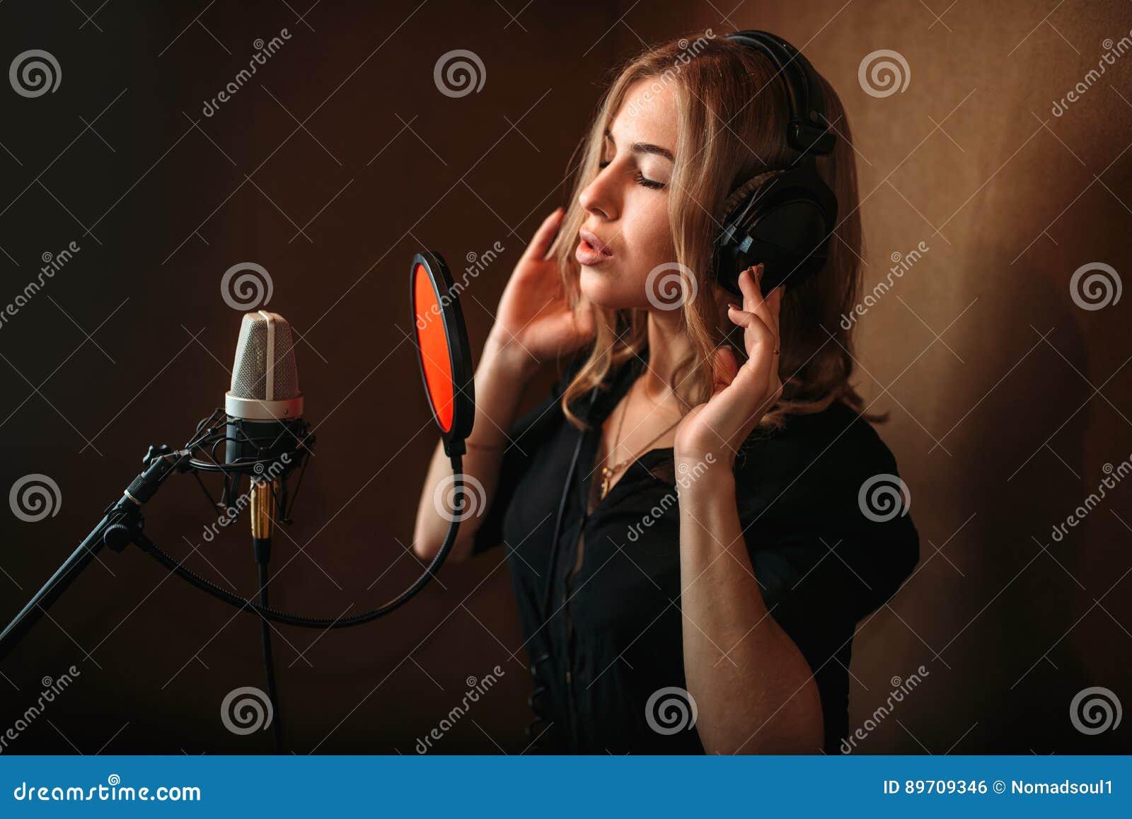 Chanteuse enregistrant une chanson dans le studio de musique