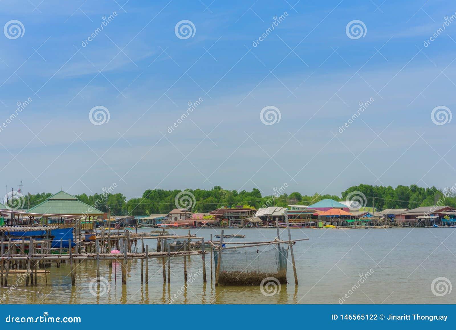 CHANTHABURI, TAJLANDIA: KWIECIE? 15, 2019 sceneria wioska rybacka ziemi wioska na Kwietniu 15,2019 przy uderzeniem Chan, Khlung,