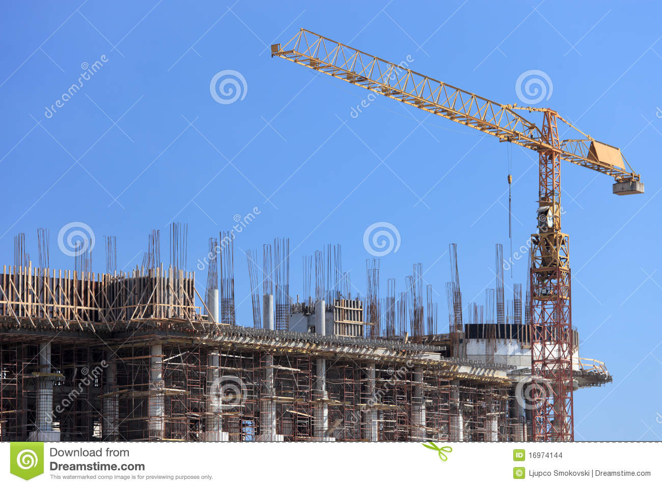 chantier de construction avec la grue au dessus d 39 une construction photo stock image du m tal. Black Bedroom Furniture Sets. Home Design Ideas