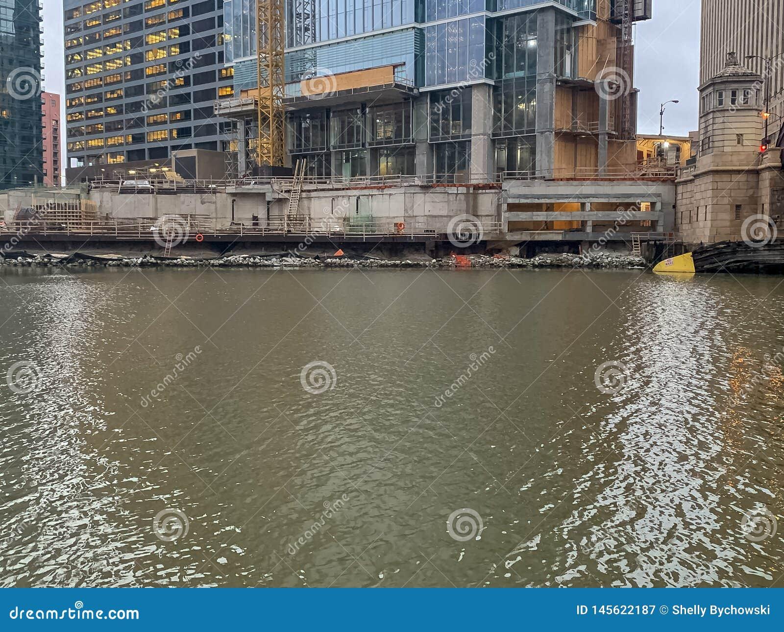 Chantier de construction chez Wolf Point de la rivière Chicago