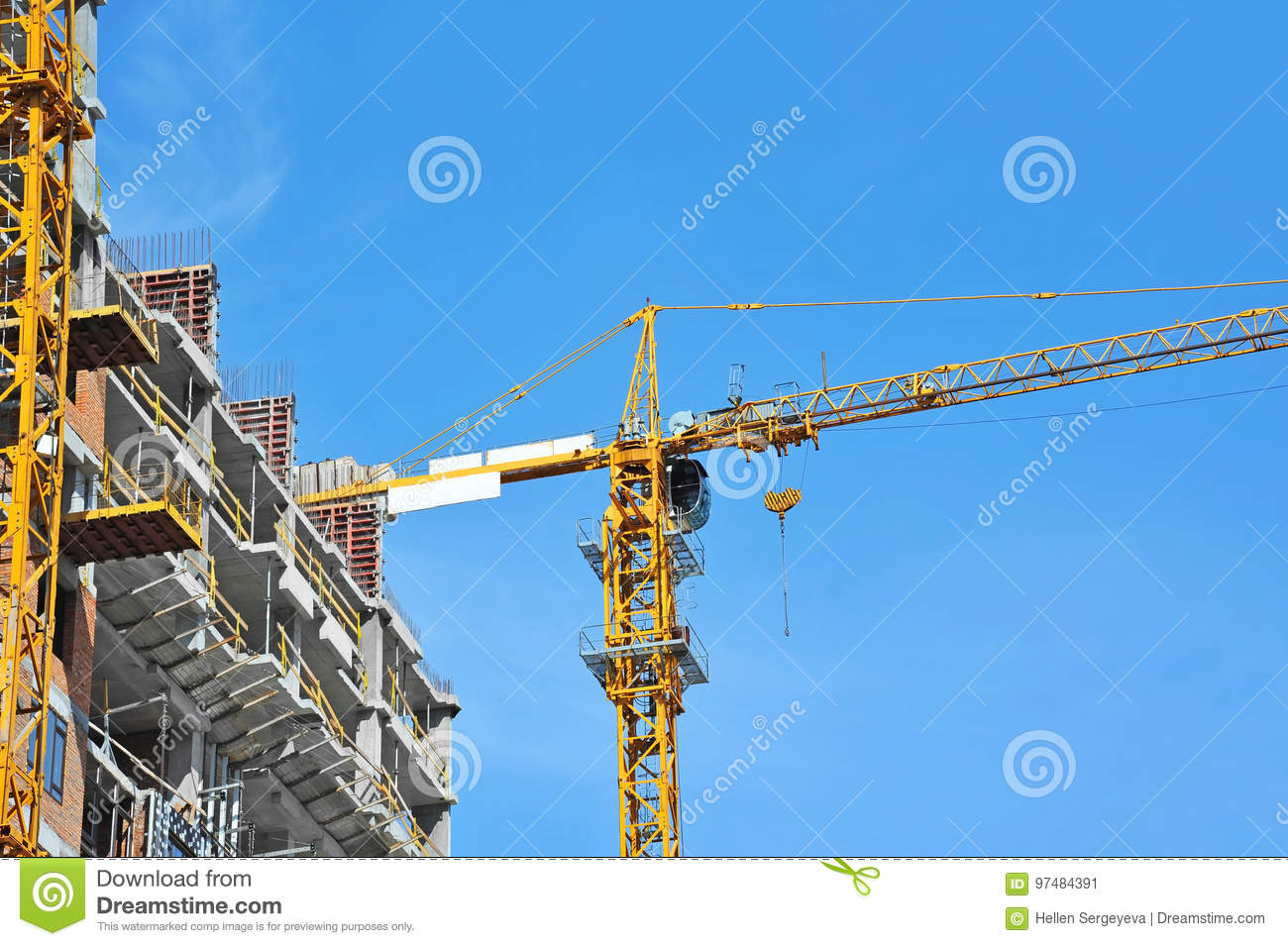 Chantier de construction de grue et de highrise