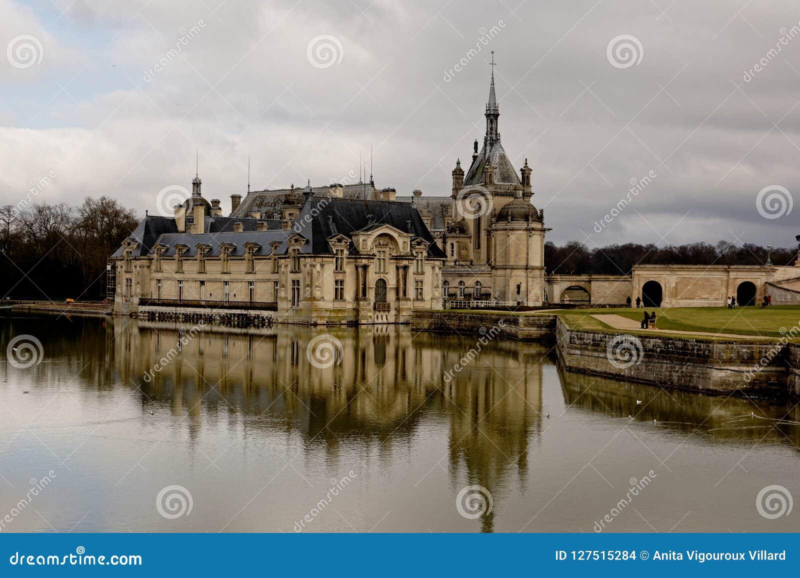 Chantilly Slott I Frankrike Och Dess Reflexion I Vattnet Arkivfoto Bild Av Besk Slott 127515284