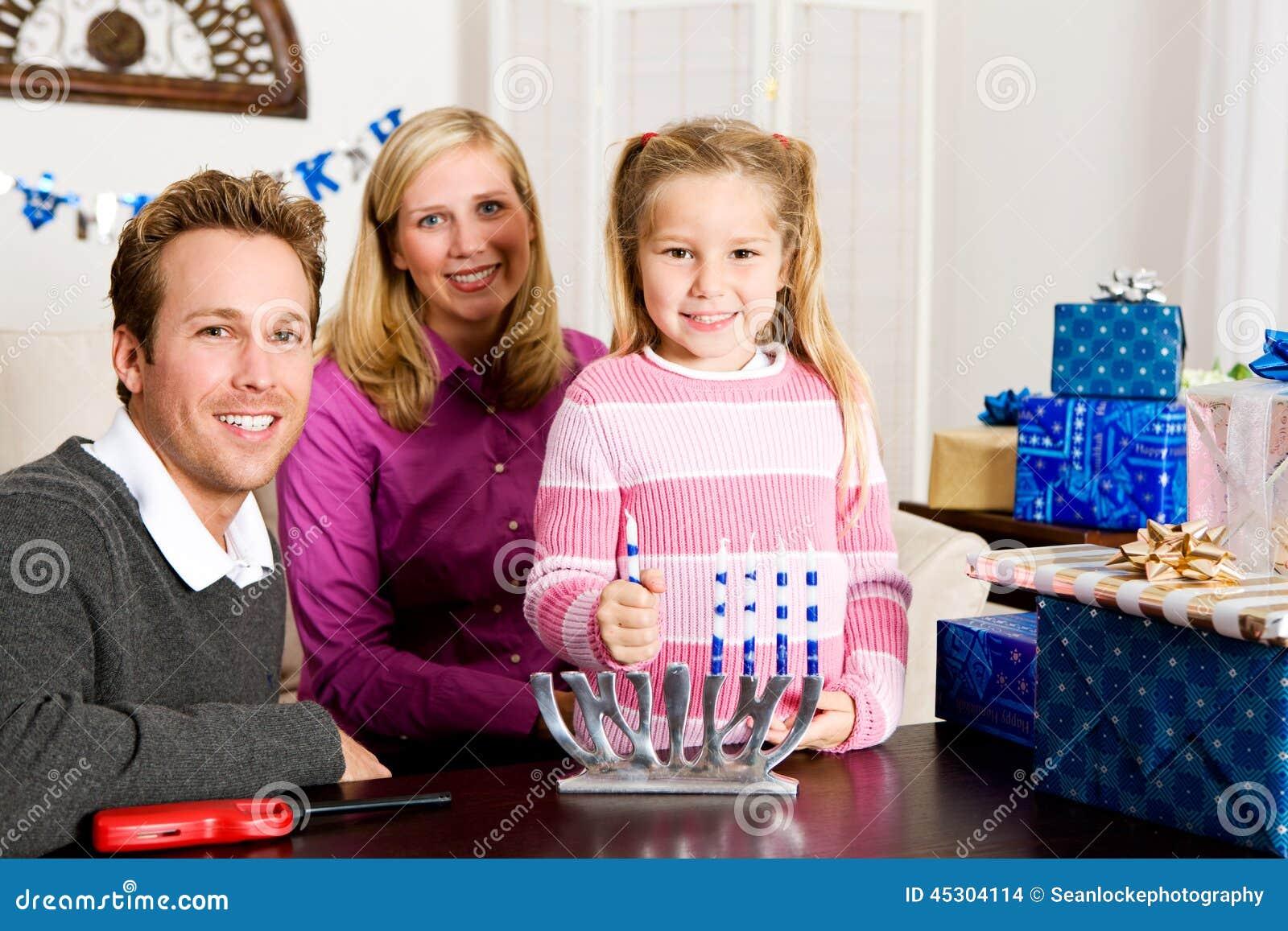 Chanukka: Familienurlaub-Porträt Mit Menorah Stockfoto - Bild von ...