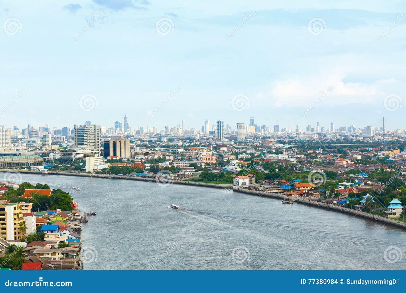 Chao Phraya flodBangkok cityscape Thailand