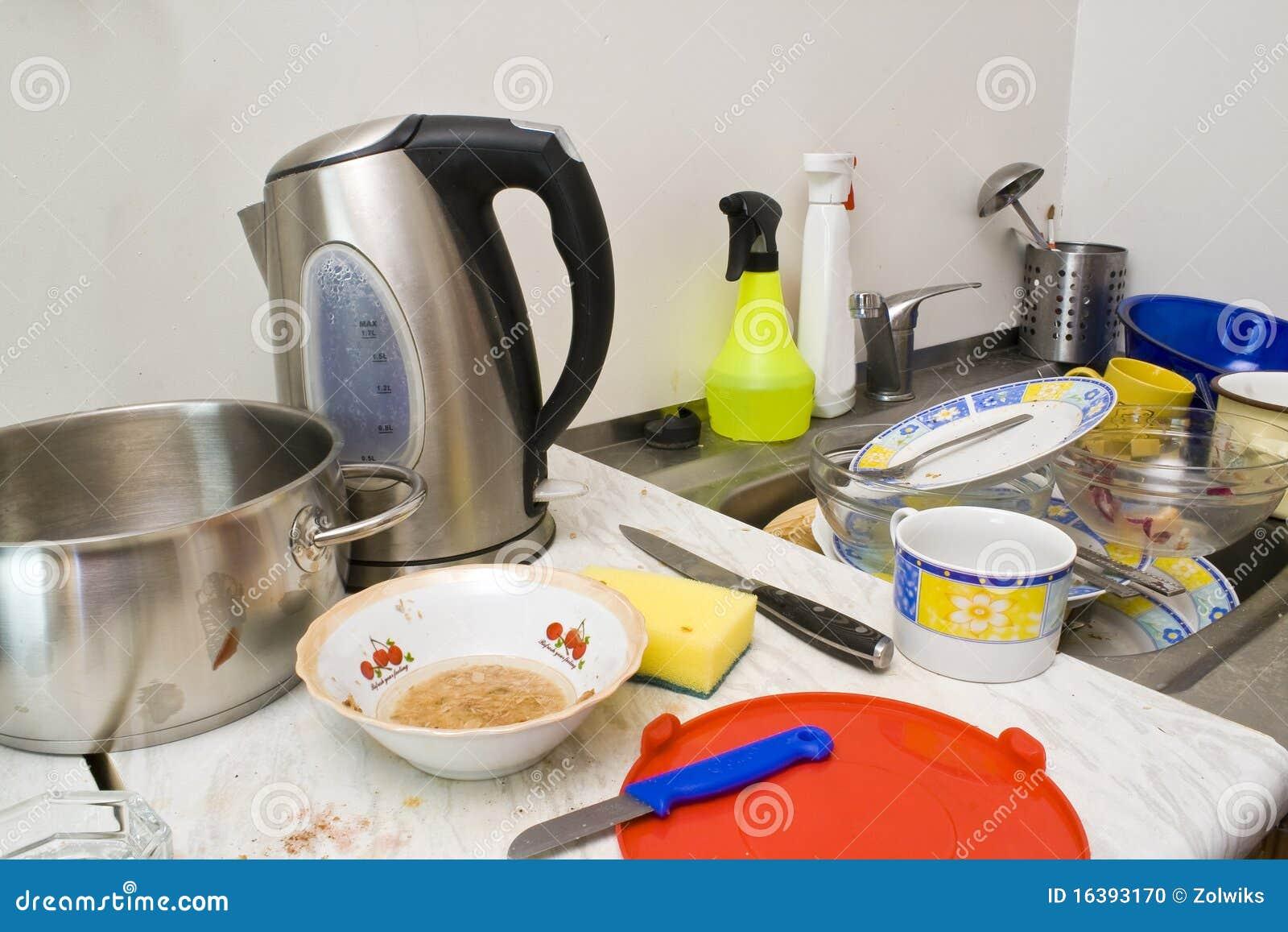 Chaos in een keuken stock foto afbeelding bestaande uit for Utensilios de cocina artesanales