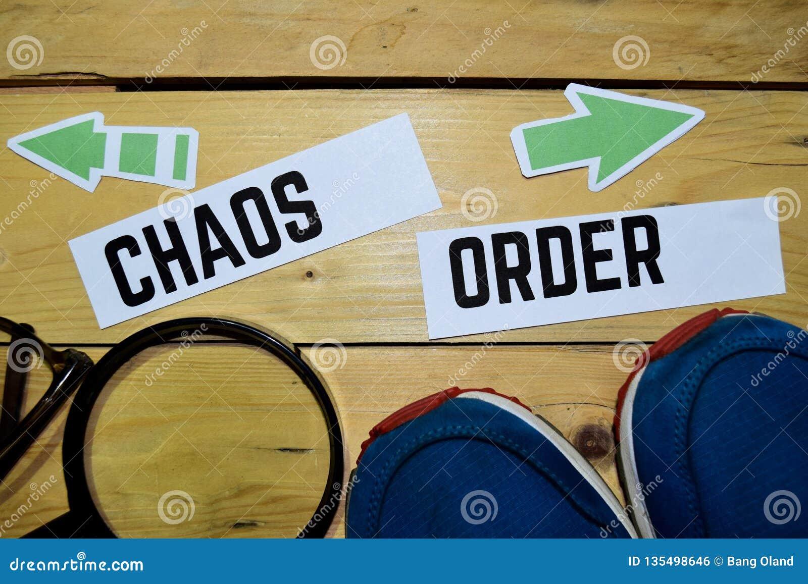 Chaos of Orde tegenover richtingstekens met tennisschoenen, het overdrijven en oogglazen op houten