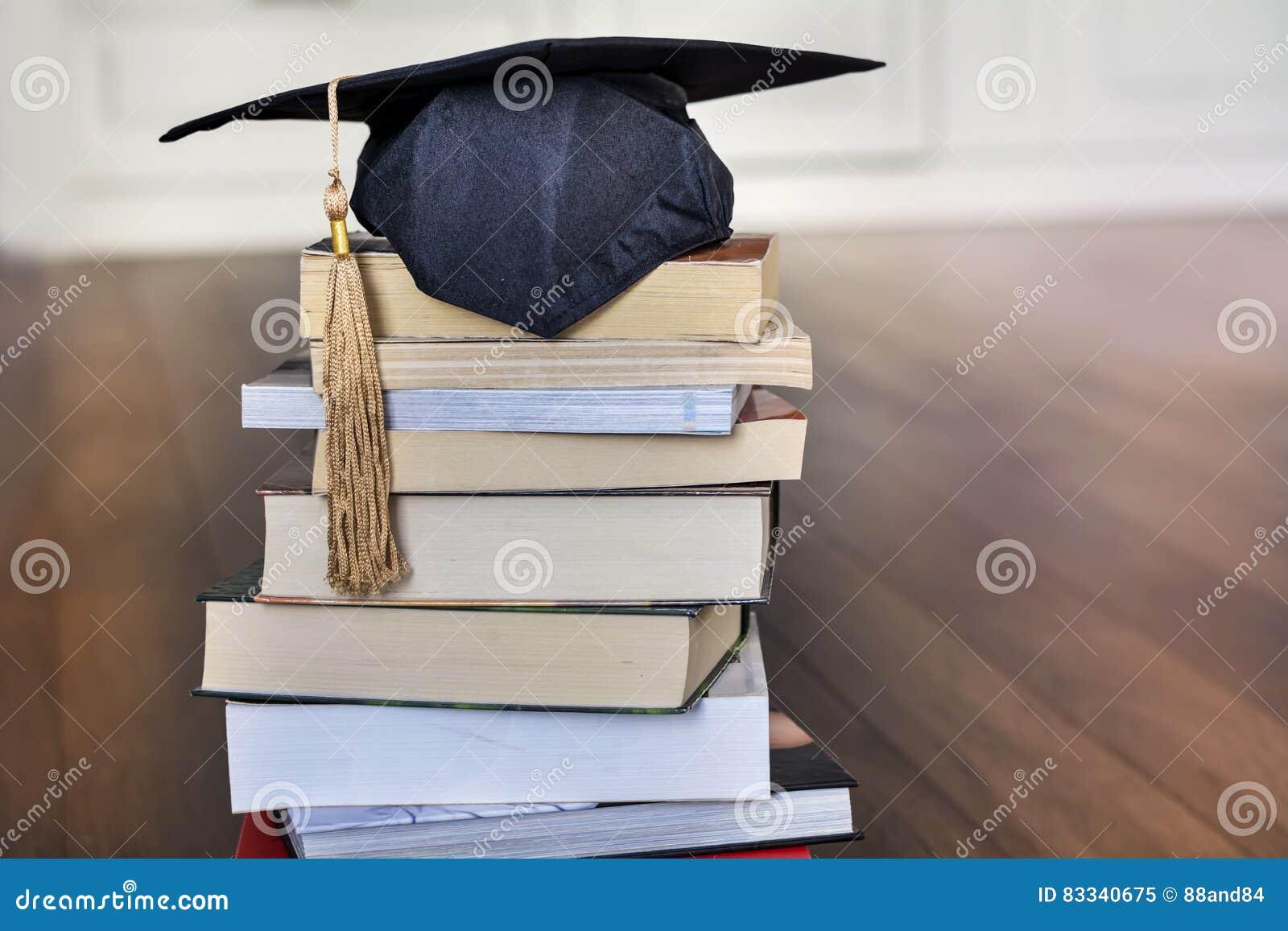 Chapéu da graduação em livros