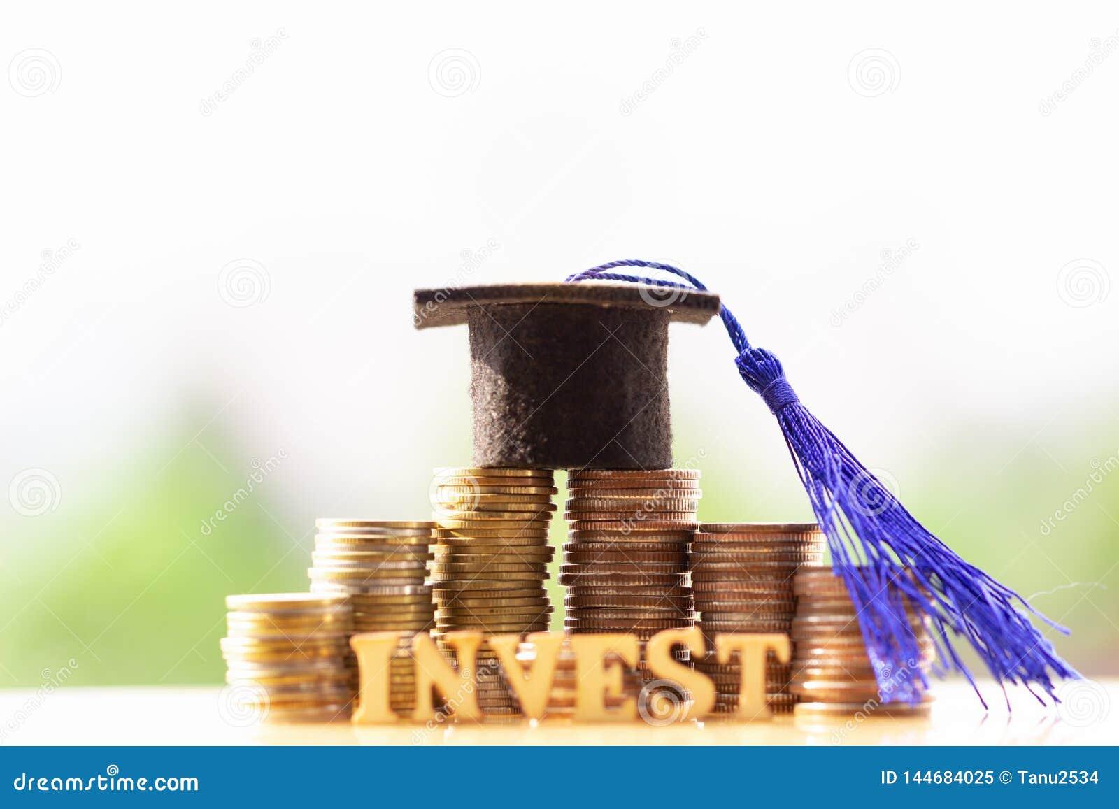 Chap?u da gradua??o no dinheiro das moedas no fundo branco Dinheiro de salvamento para conceitos da educa??o ou da bolsa de estud