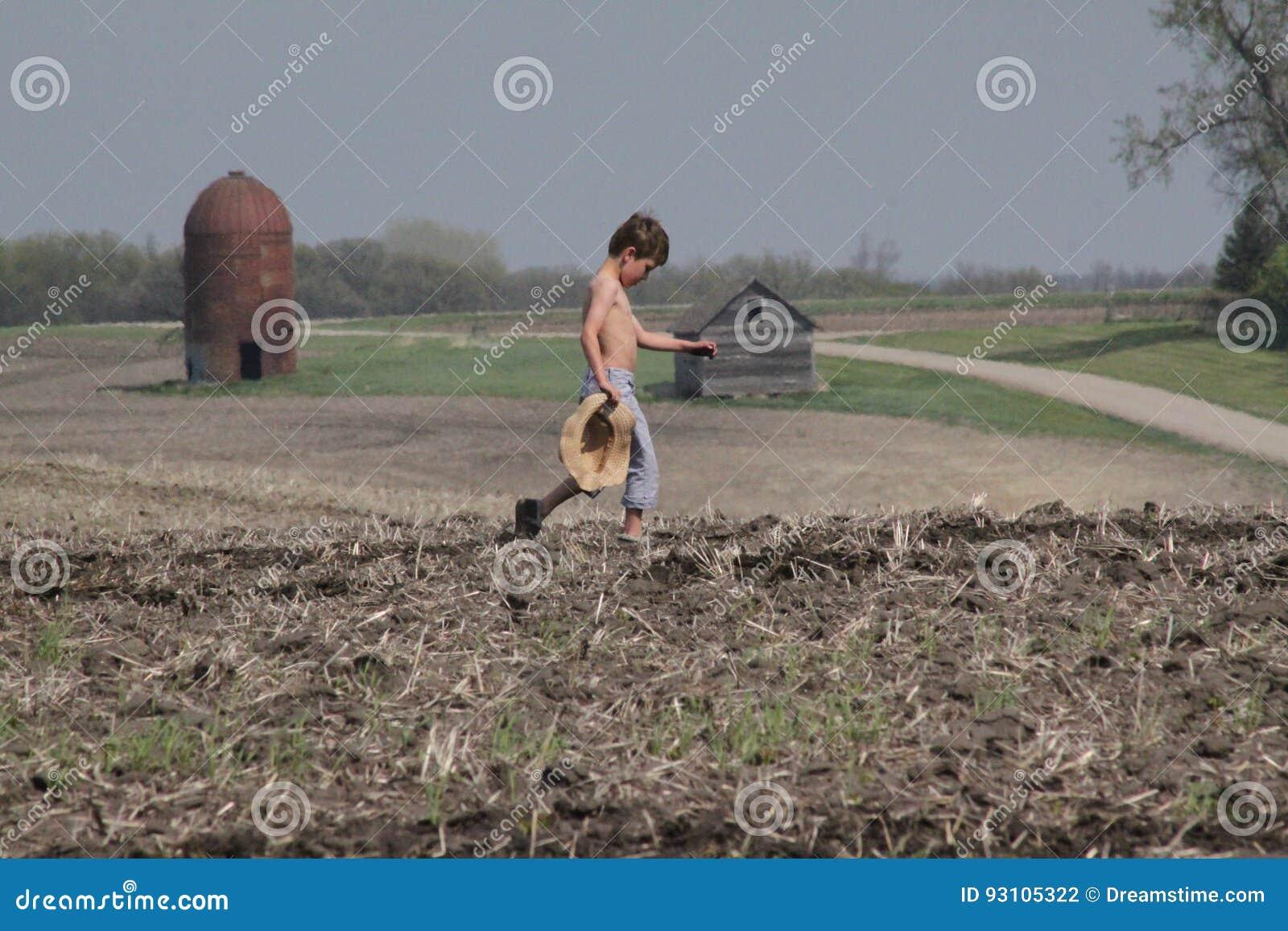 Chapéu de palha levando novo do campo de cruzes do menino