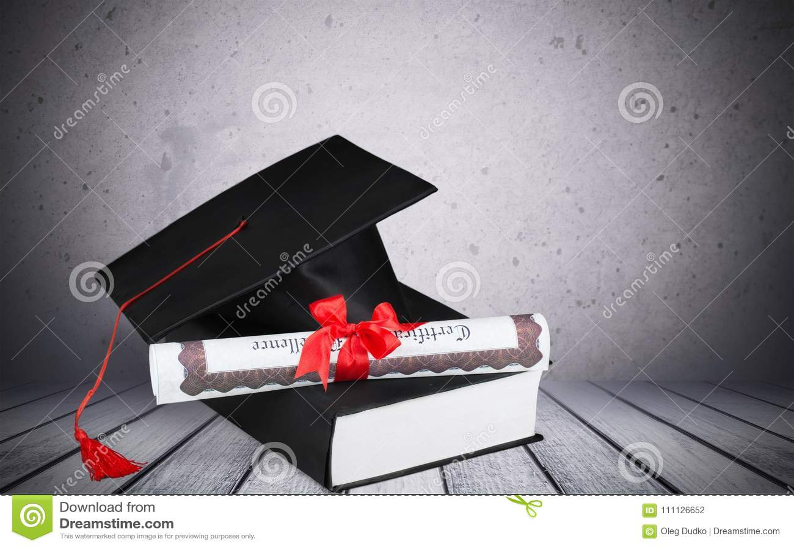 Chapéu e livro da graduação
