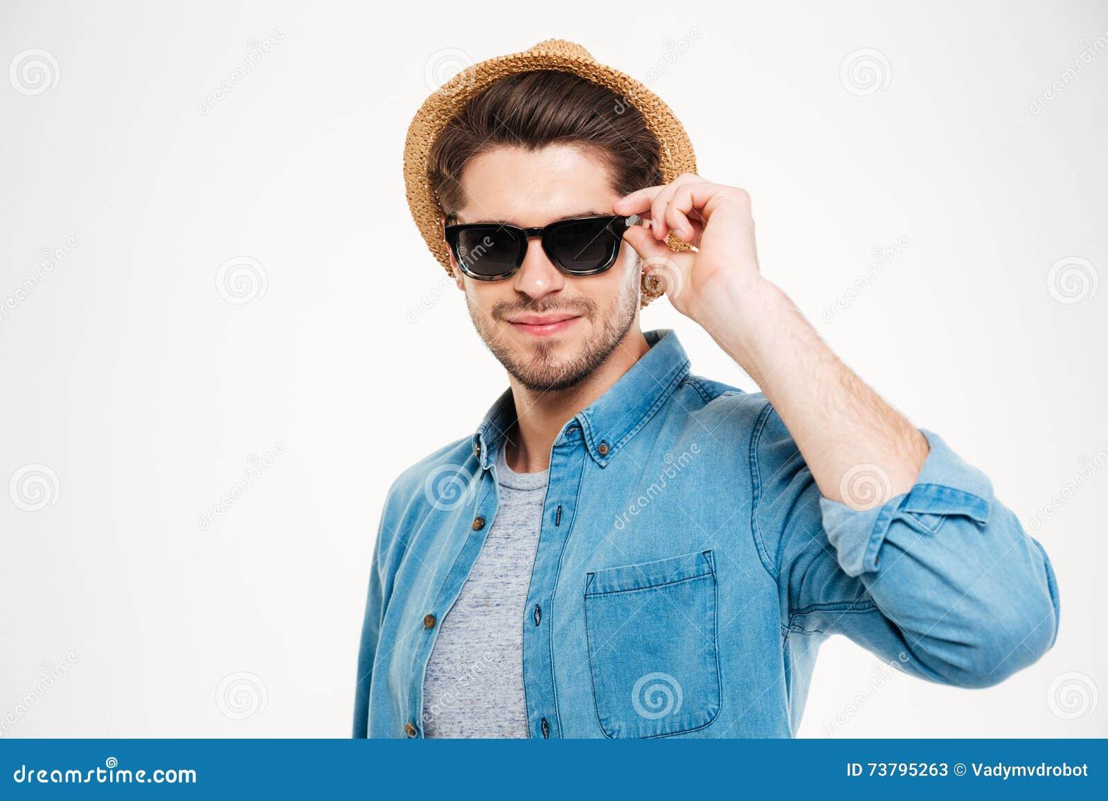 0df70c6635ee8 Chapéu Vestindo Seguro Atrativo E óculos De Sol Do Homem Novo Imagem ...