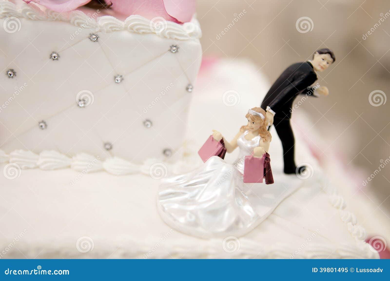 Chapéus de coco do bolo dos noivos em um bolo de casamento