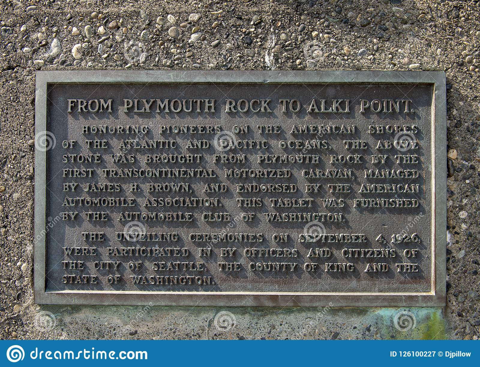 Chapa da informação no lugar de nascimento do monumento de Seattle, Alki Beach, Seattle, Washington