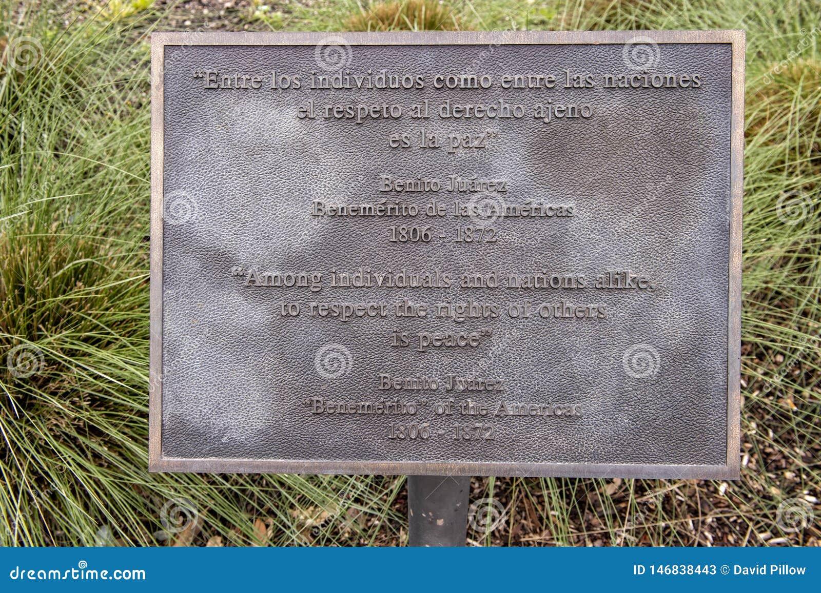 Chapa da informa??o para a est?tua de bronze de Benito Juarez em Benito Juarez Parque de Heroes, Dallas City Park em Dallas, Texa