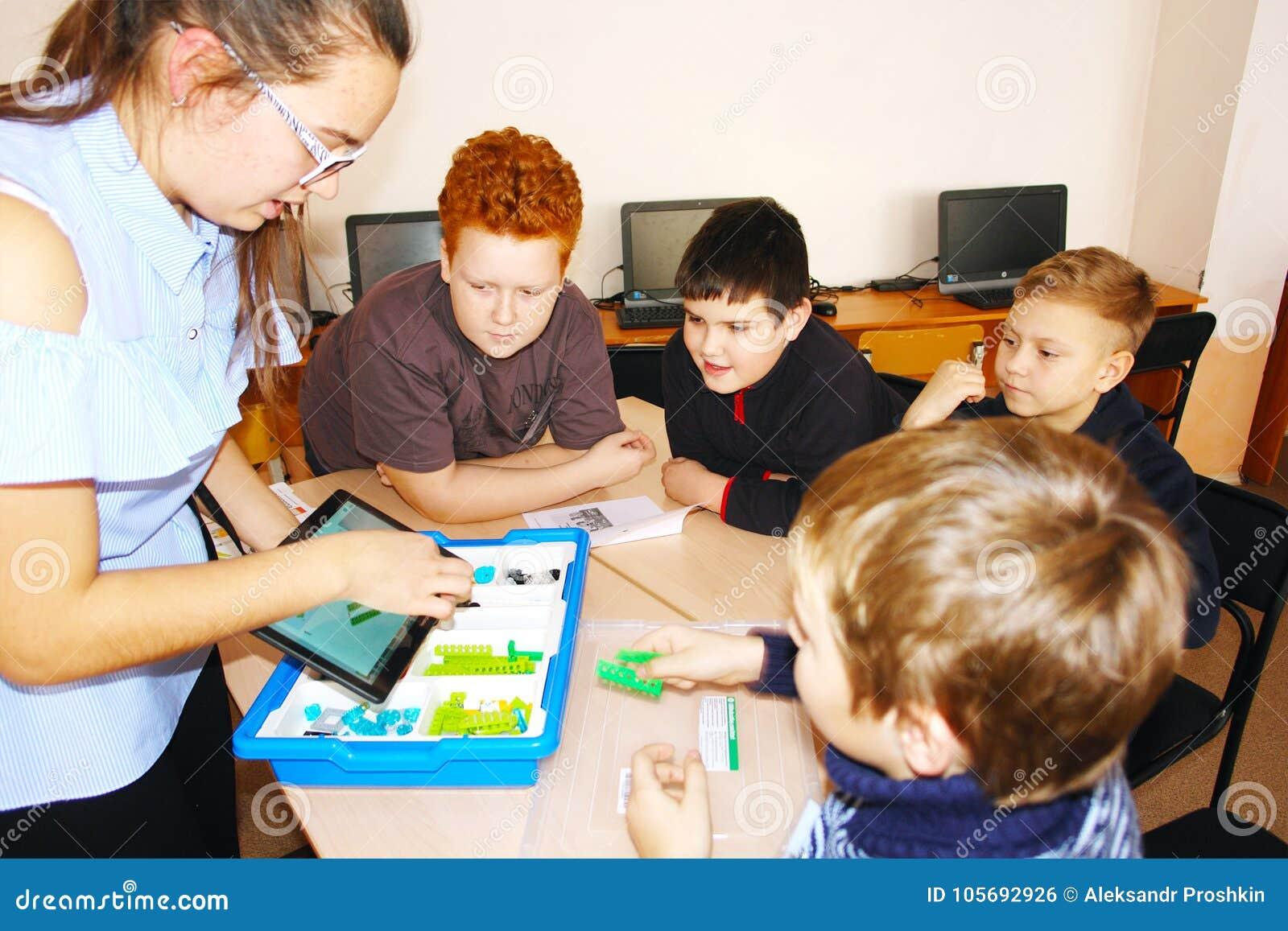 CHAPAEVSK, REGIONE DELLA SAMARA, RUSSIA - 7 DICEMBRE 2017: Bambini della scuola nella classe con la donna dell insegnante