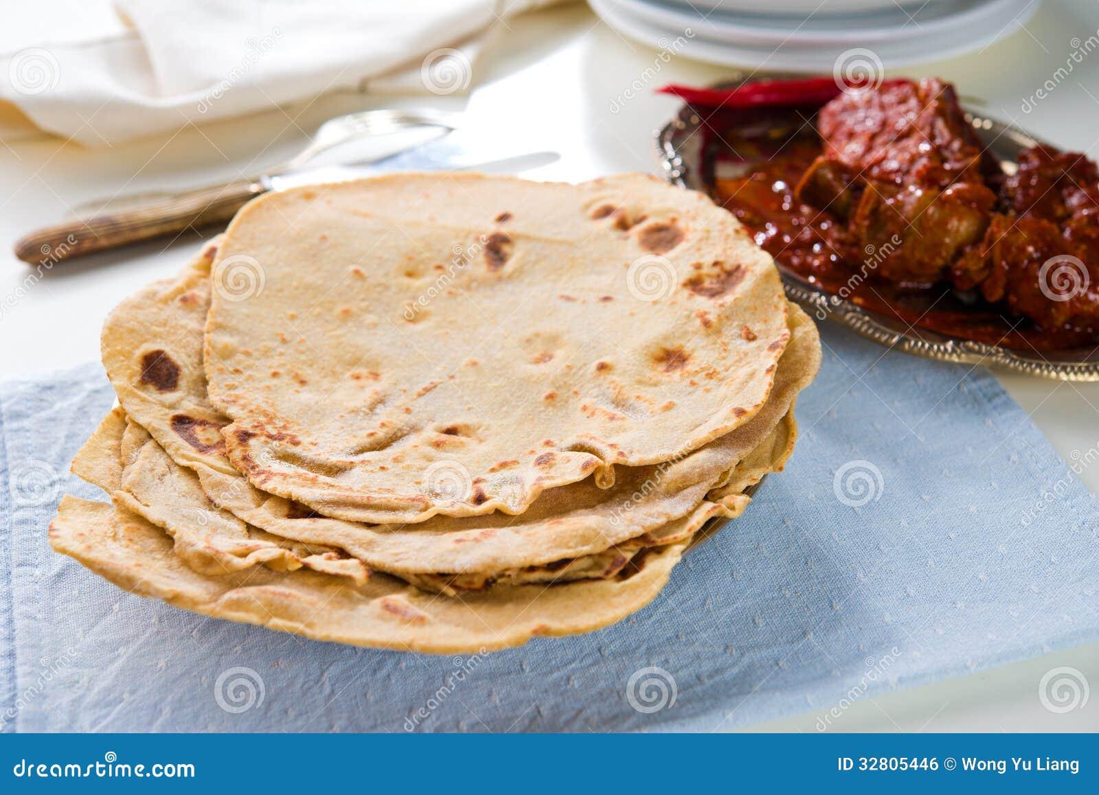 Chapatti roti και ινδικά τρόφιμα να δειπνήσει στον πίνακα.