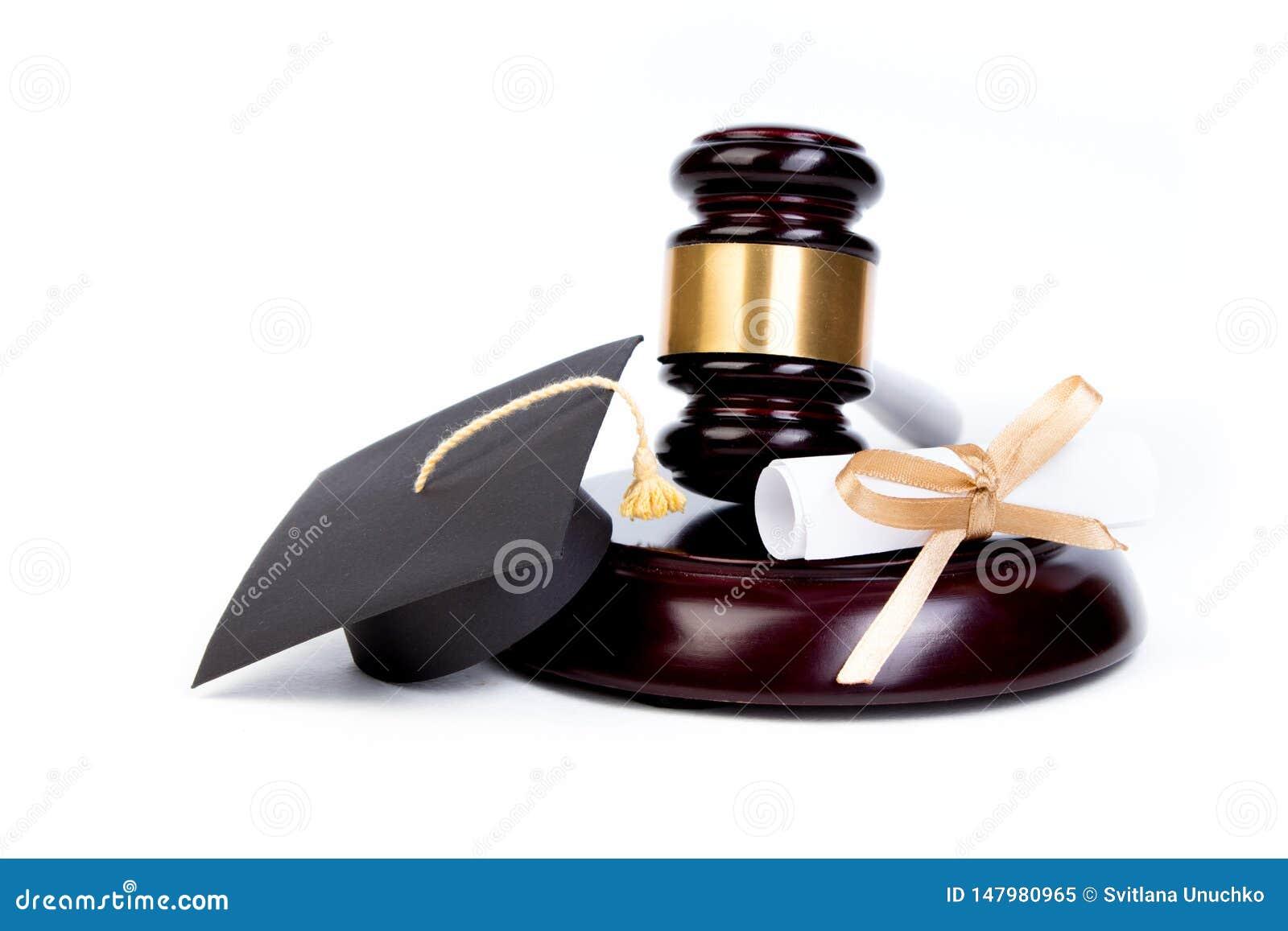 Chapeau d obtention du diplôme avec le diplôme, marteau de juge sur le fond blanc