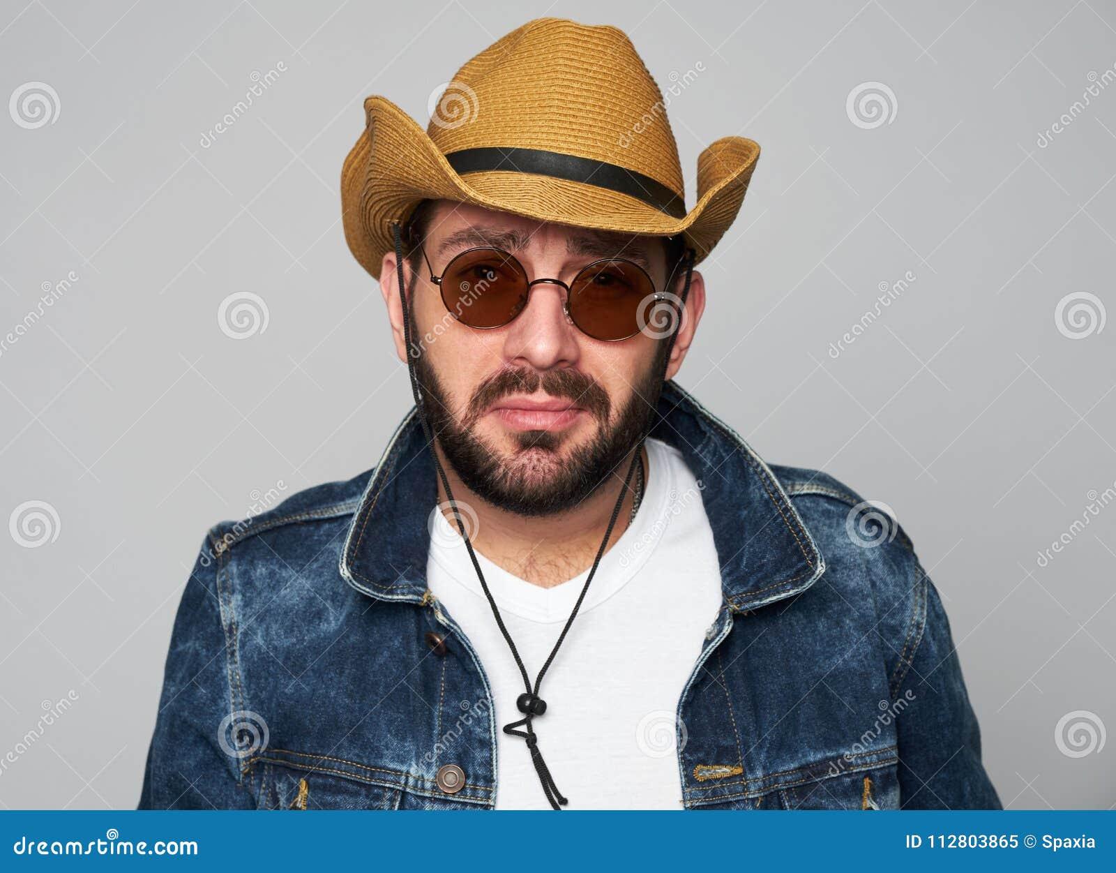 Chapeau De Cowboy D homme Bel Et Lunettes De Soleil De Port Image ... 870dbd500d4a