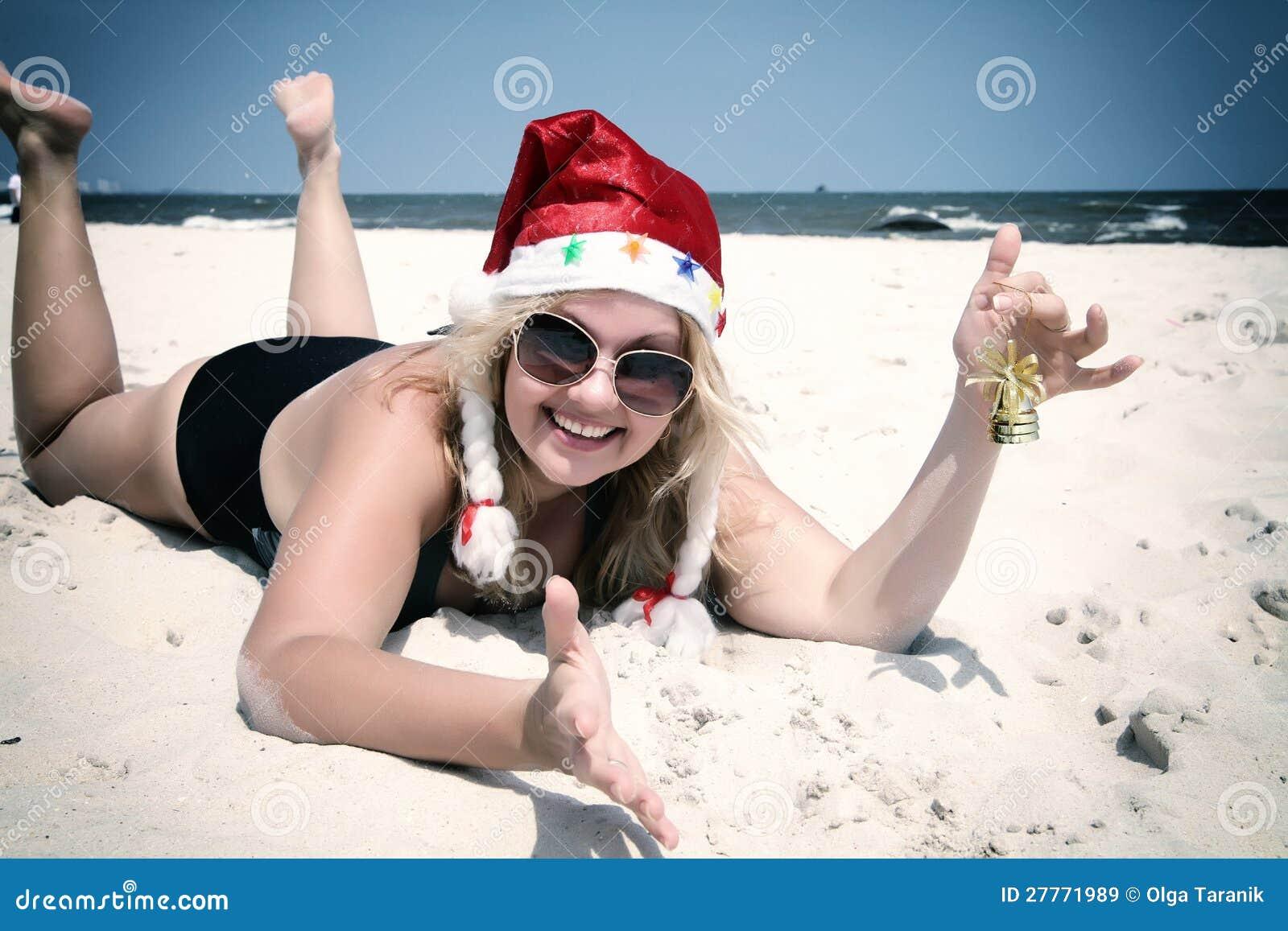 Chapeau de Noël sur la plage avec la cloche