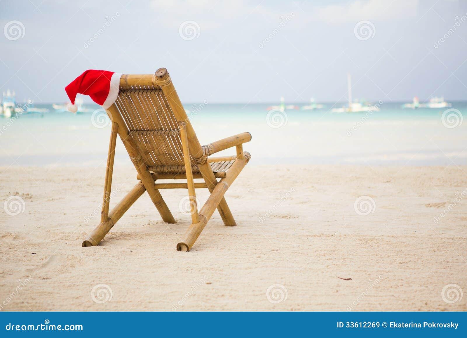 chapeau de santa sur la chaise longue sur la plage image stock image du bleu oc an 33612269. Black Bedroom Furniture Sets. Home Design Ideas
