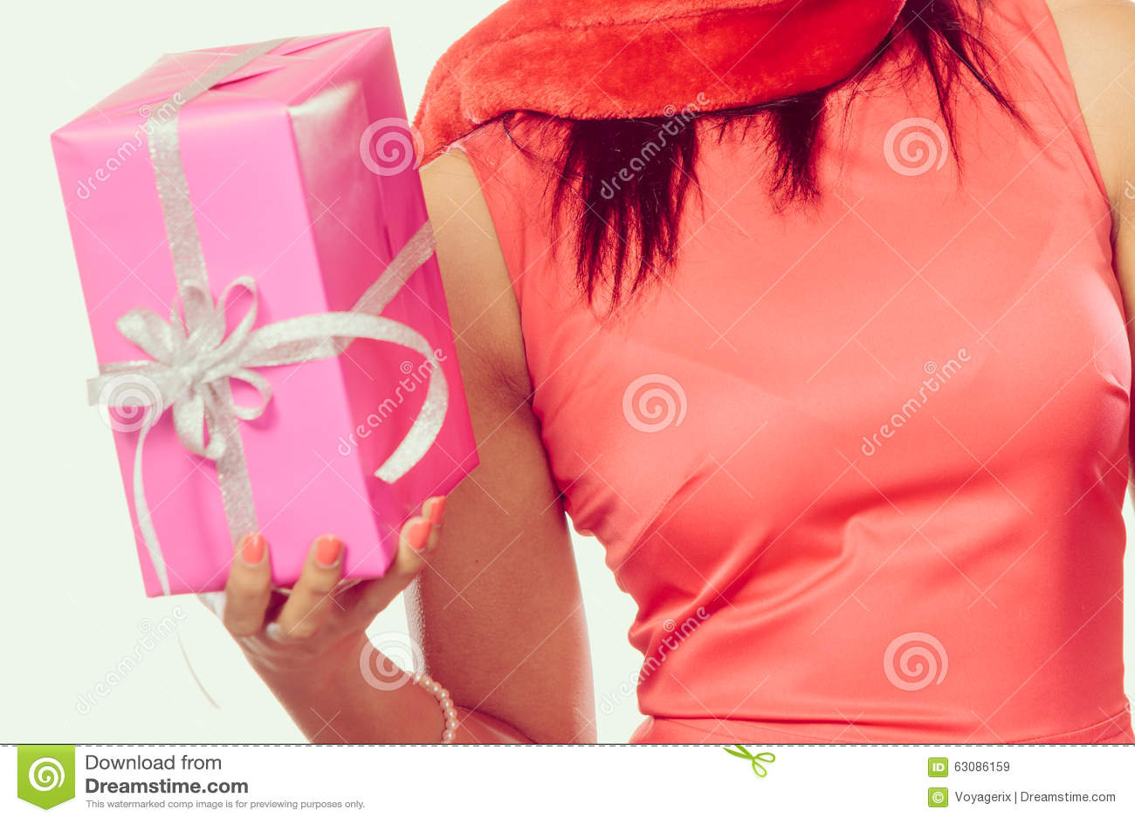 Download Chapeau Du Père Noël De Métis De Fille Avec Le Boîte-cadeau Image stock - Image du noël, vacances: 63086159
