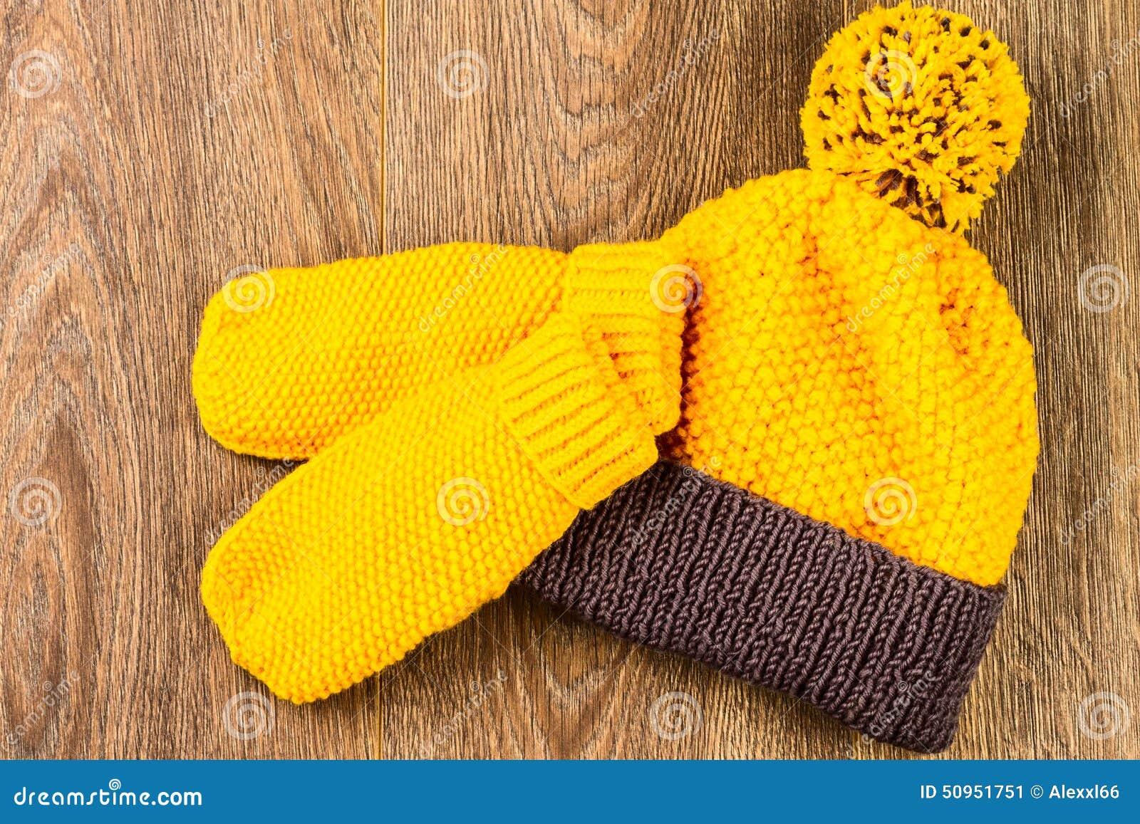 Chapeau et mitaines de tricotage jaunes