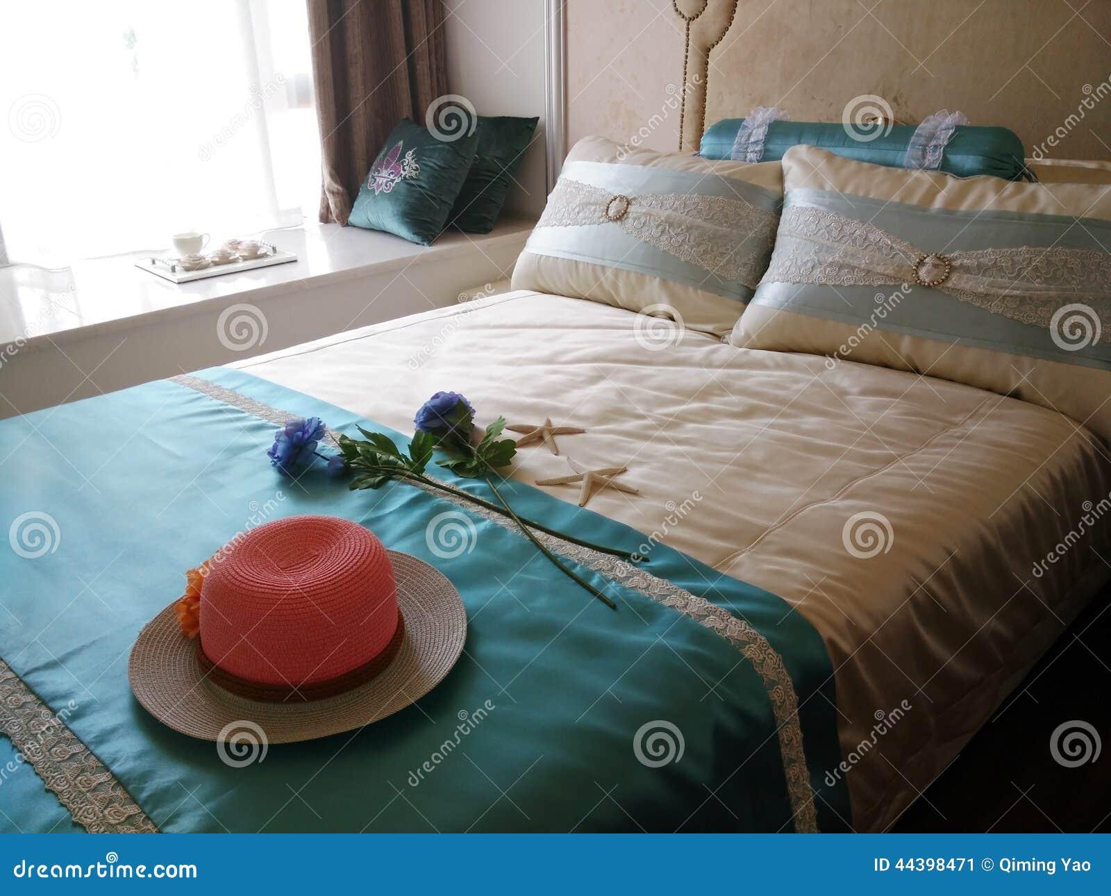 chapeau rouge sur le lit photo stock image 44398471. Black Bedroom Furniture Sets. Home Design Ideas