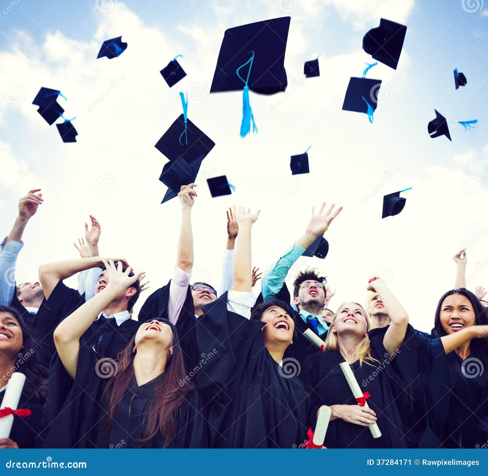 Chapeaux d obtention du diplôme jetés dans le ciel