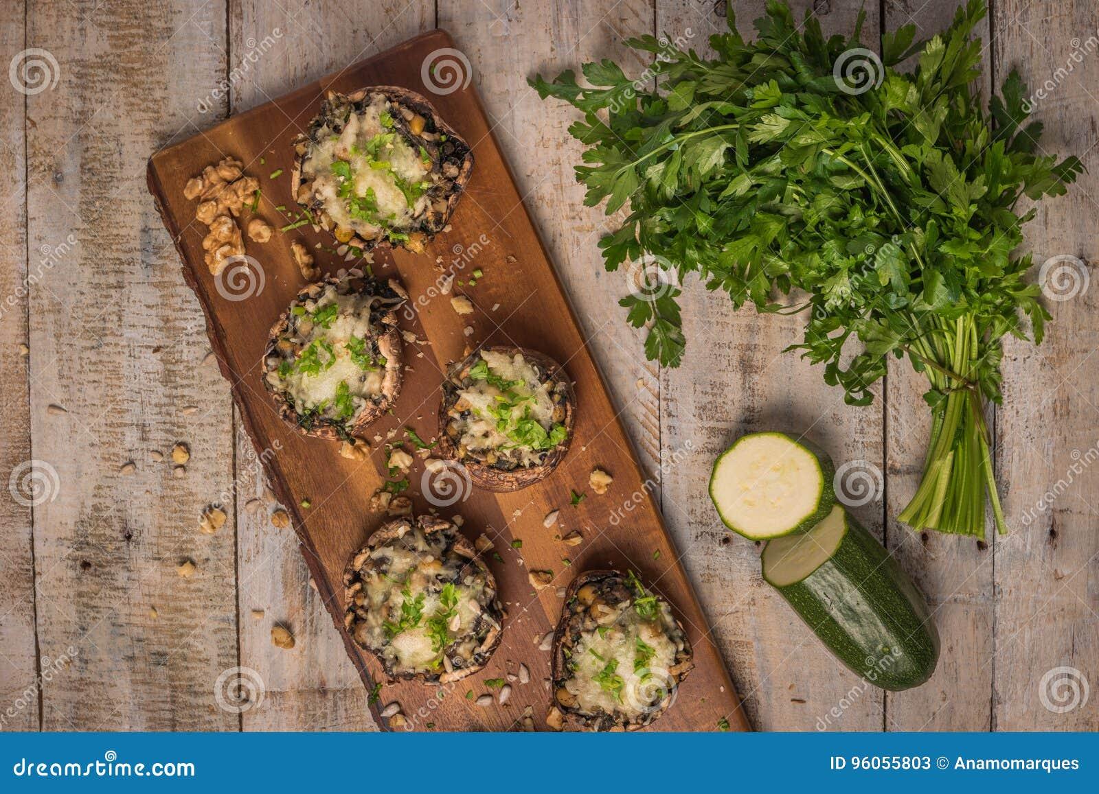 Chapeaux de champignon bourrés des légumes et du fromage