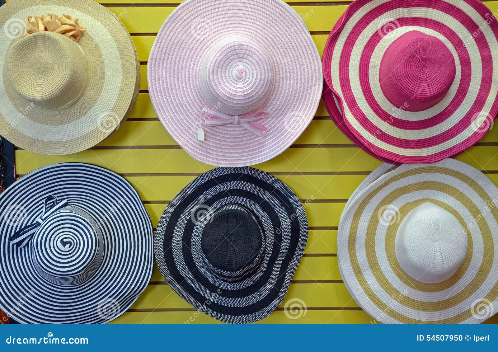 Chapeaux de paille colorés