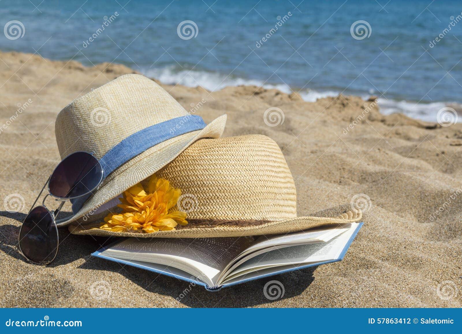 chapeaux de paille lunettes de soleil et un livre sur la. Black Bedroom Furniture Sets. Home Design Ideas