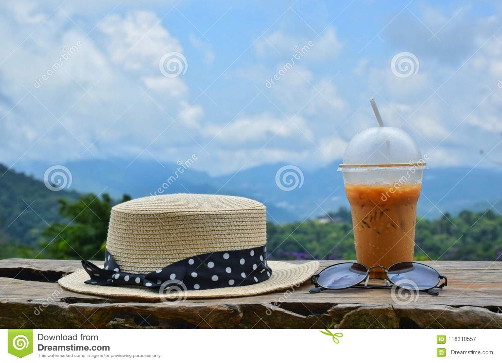 Chapeaux, lunettes de soleil et thé glacé dans la nature