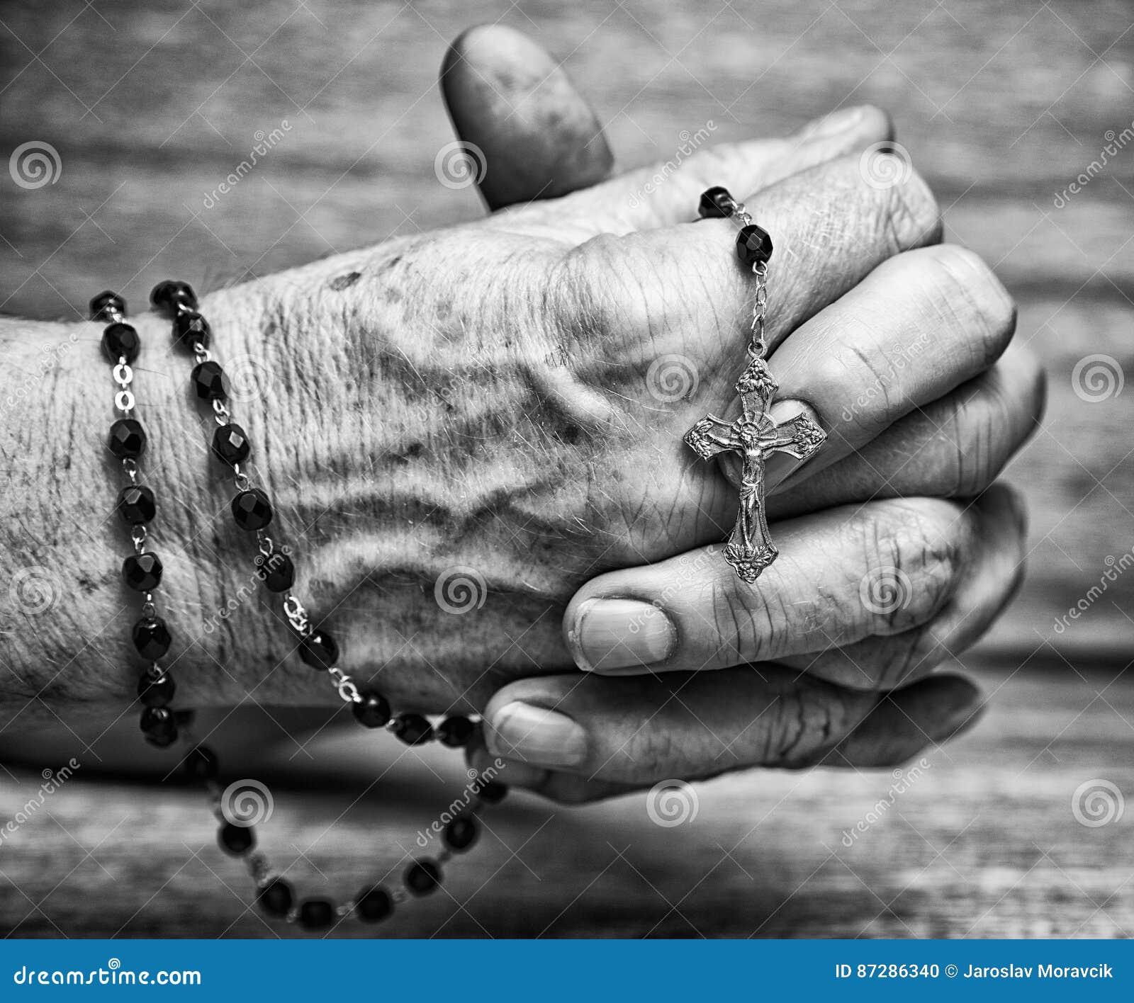 Chapelet dans des mains étreintes