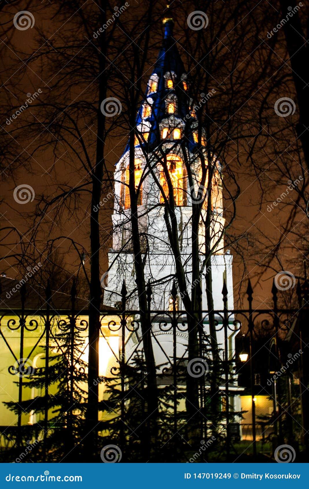 Chapelle chrétienne derrière les arbres