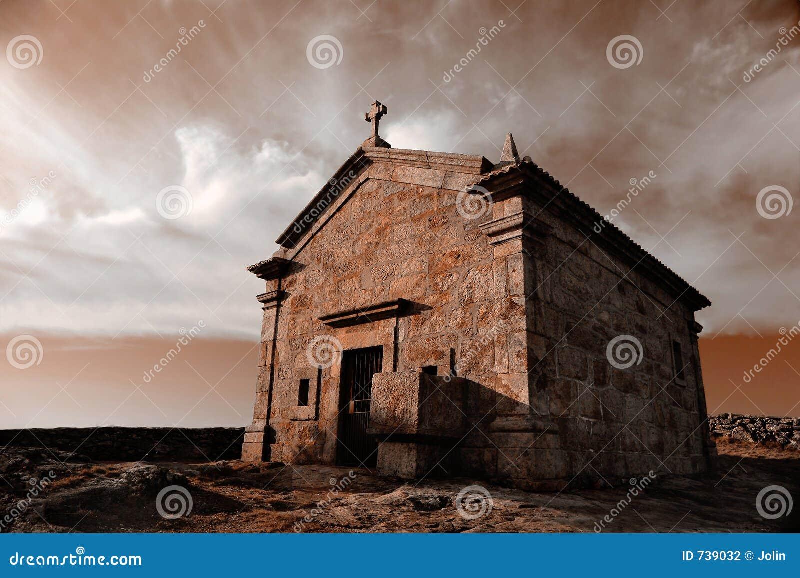 Chapelle très vieille en montagne