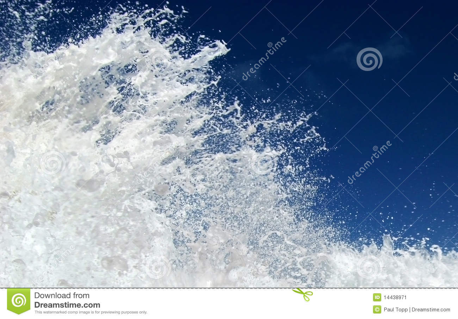 Chapoteo de la onda y cielo azul