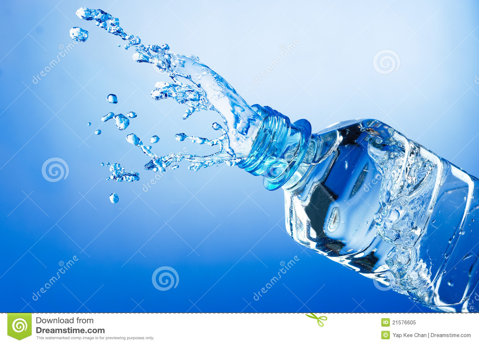 Chapoteo del agua de la botella