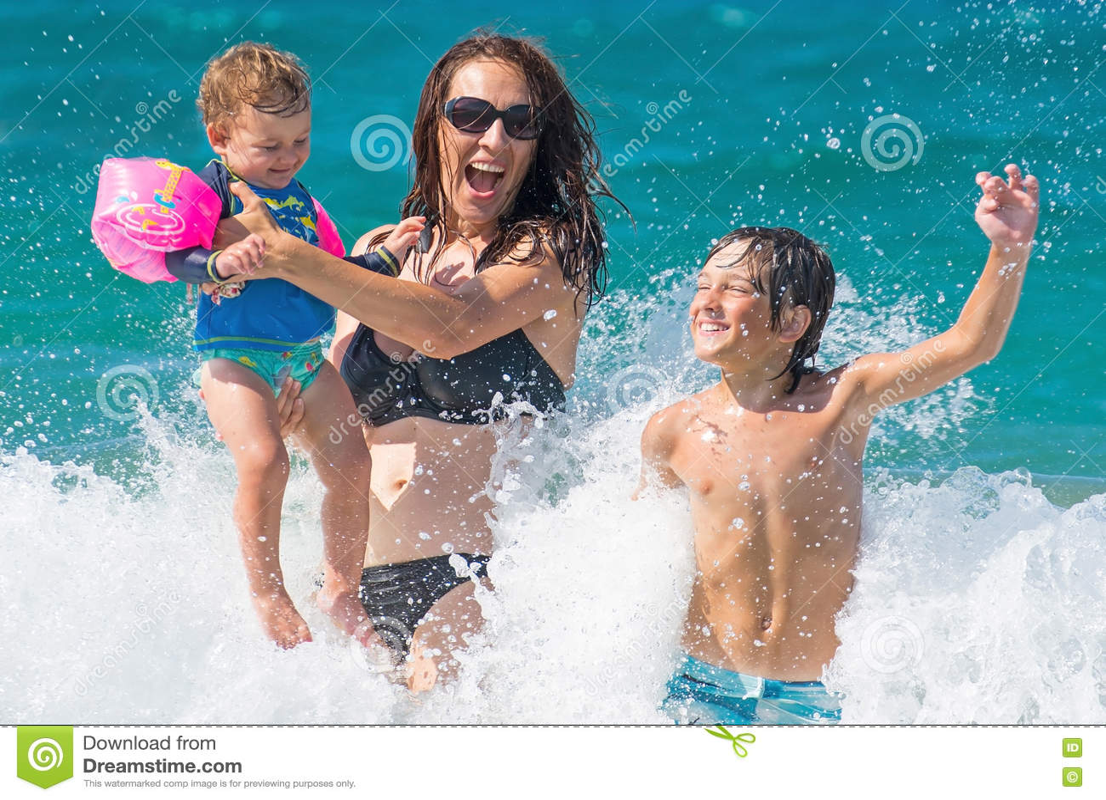 Chapoteo del agua de la diversión del mar del verano de la familia