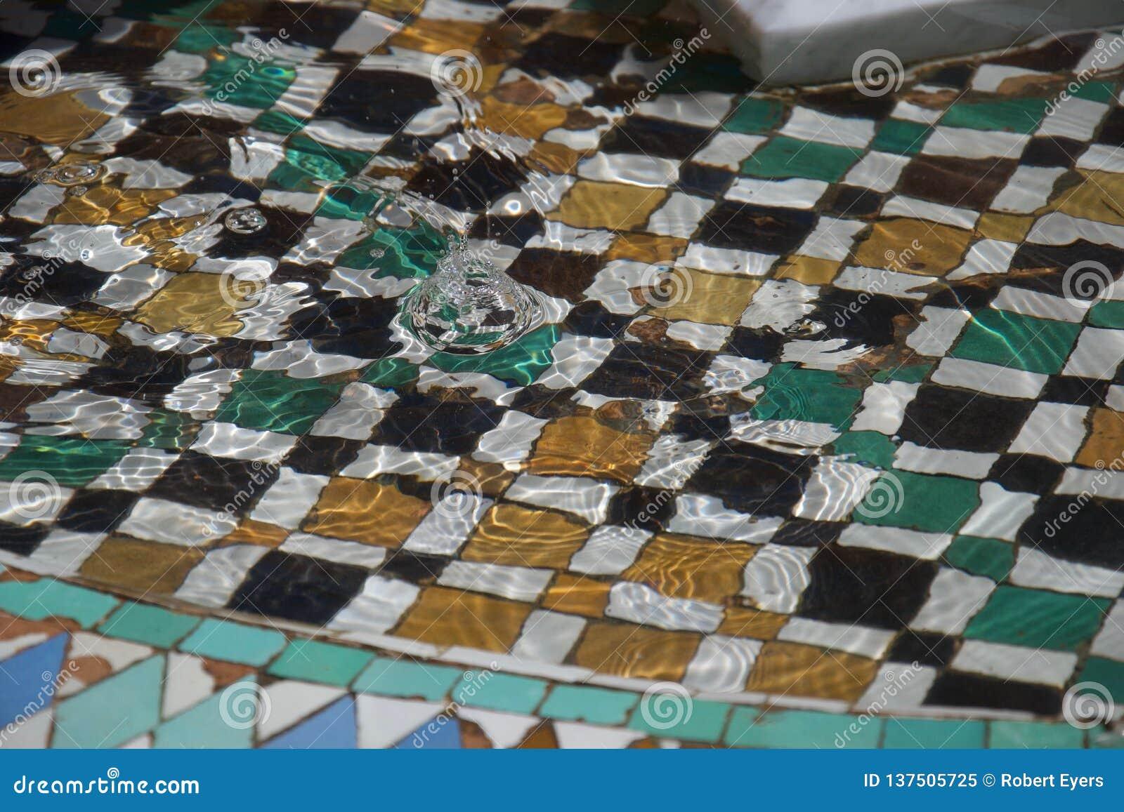 Chapoteo en una fuente marroquí